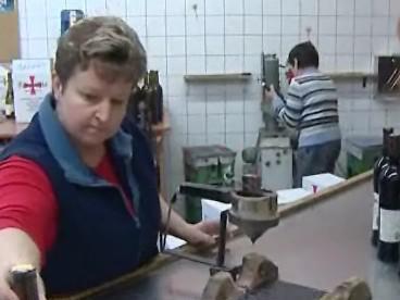 Zaměstnankyně Templářských sklepů uskladňuje vína