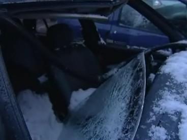 Zničená auta v Grohově ulici