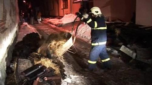 Hasič zasahuje u požáru domku v Lužicích u Hodonína