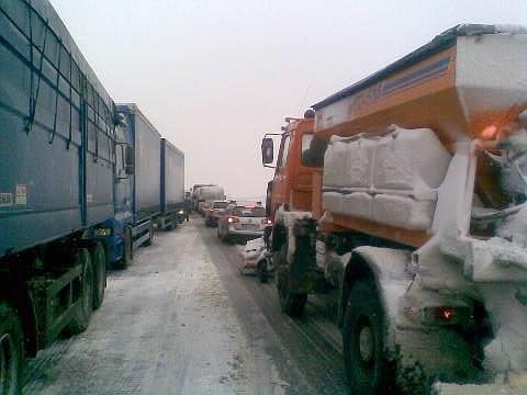 Stojící kamiony při kalamitě u Bánova