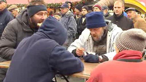 Bezdomovci i turisté přišli ochutnat rybí polévku