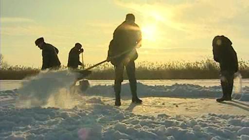 Rybáři odklízejí sníh z ledu