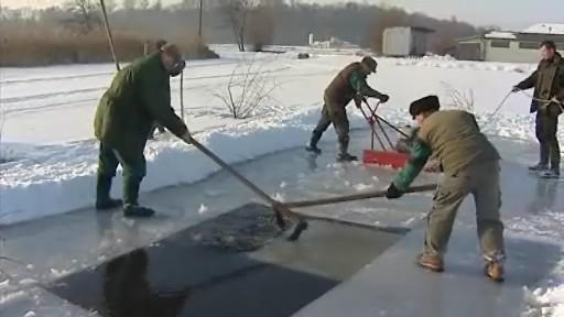 rybáři vyřezávají led v rybníce