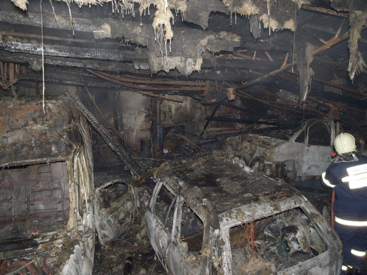 Požár v Šakvicích zničil šest aut a způsobil škodu za dva miliony korun