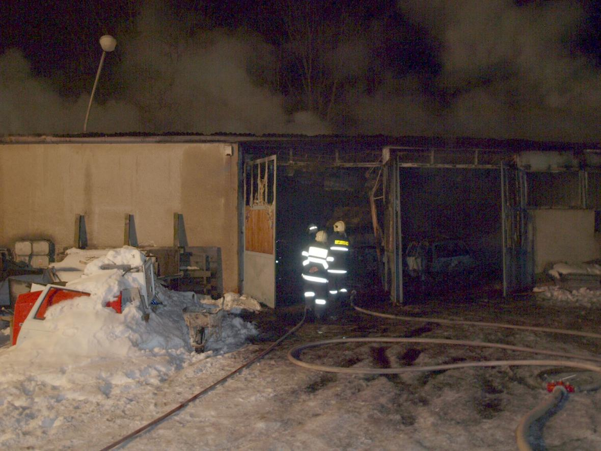 Hasiči v neděli večer zasahovali při požáru dílny v Šakvicích