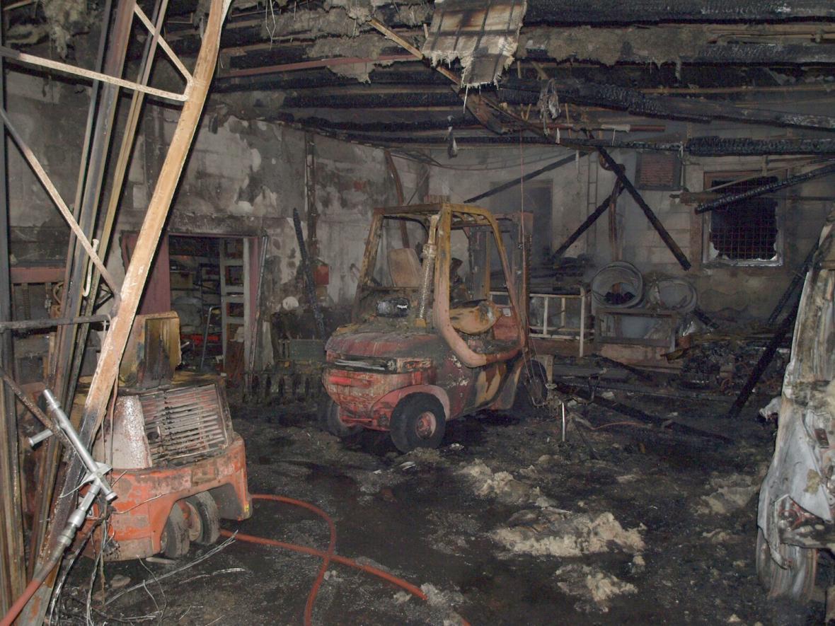 Požár v Šakvicích na Břeclavsku zničil šest aut