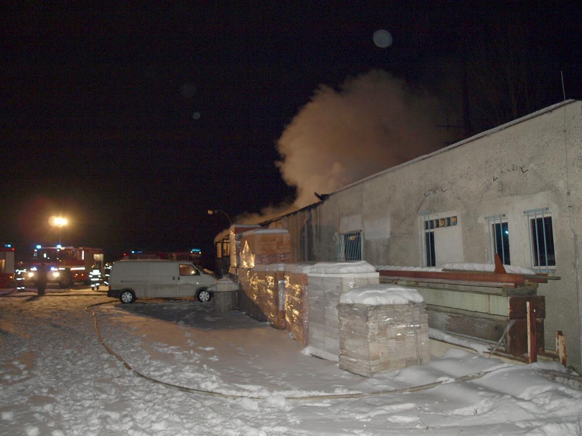 V Šakvicích na Břeclavsku při požáru dílny shořelo šest aut