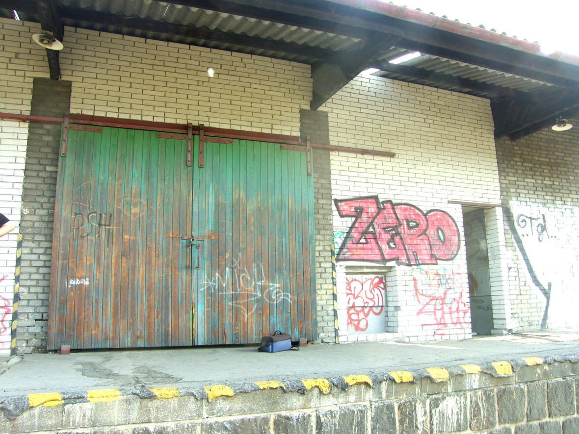 posprejované nádraží v Tišnově
