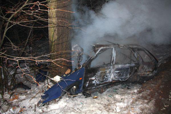 Automobil vzplanul po nárazu do stromu