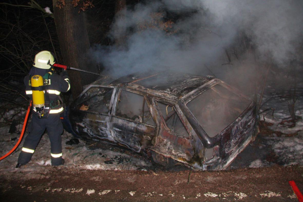 Hasič likviduje požár auta u Rackové na Zlínsku