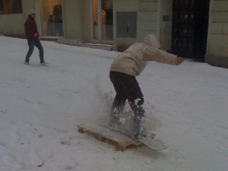 Snowboardové radovánky v centru Brna