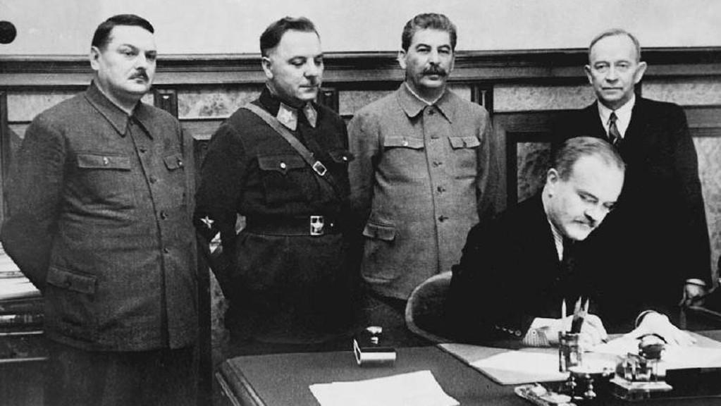 Molotov podepisuje smlouvu s Finskem (1940)