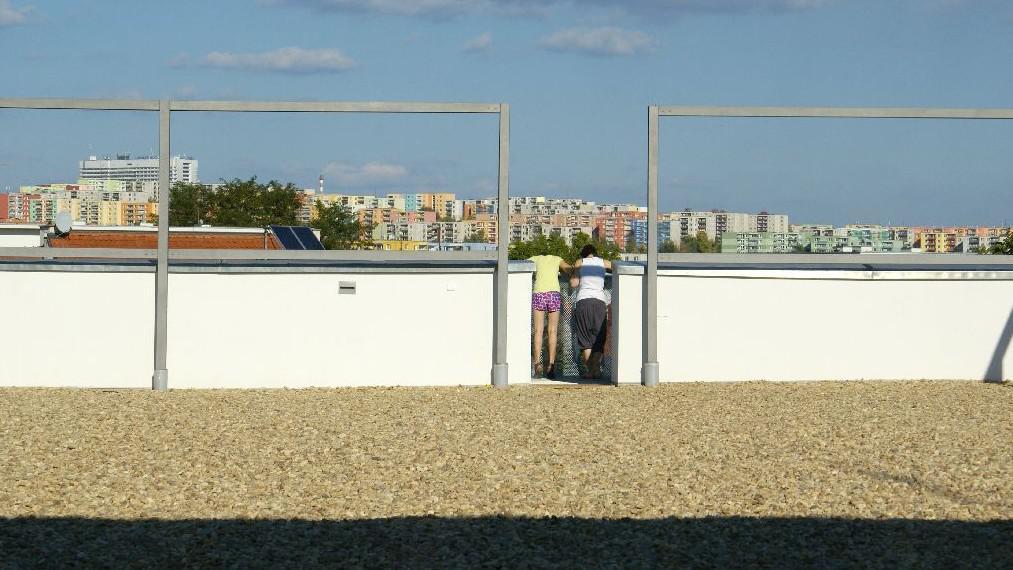 Ze střechy ZŠ je vidět Brno