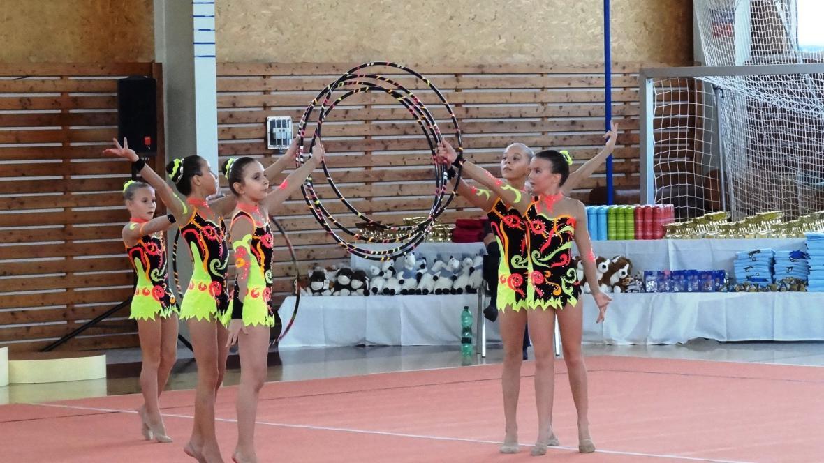 Gymnastky brněnské Mantily při sestavě s obručemi