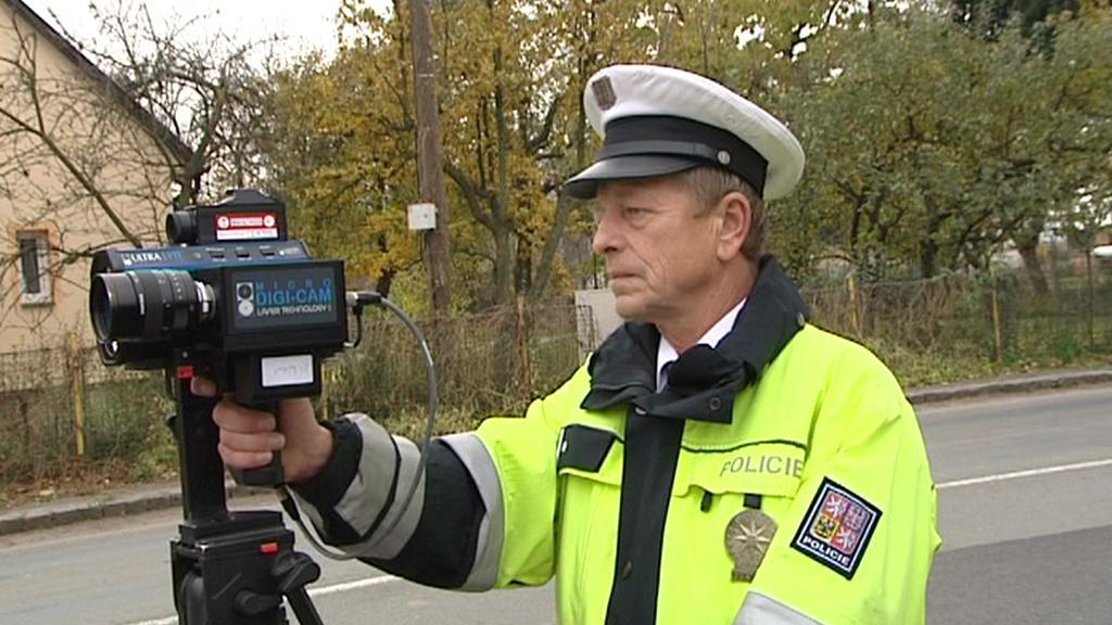 Policista monitoruje dopravní situaci