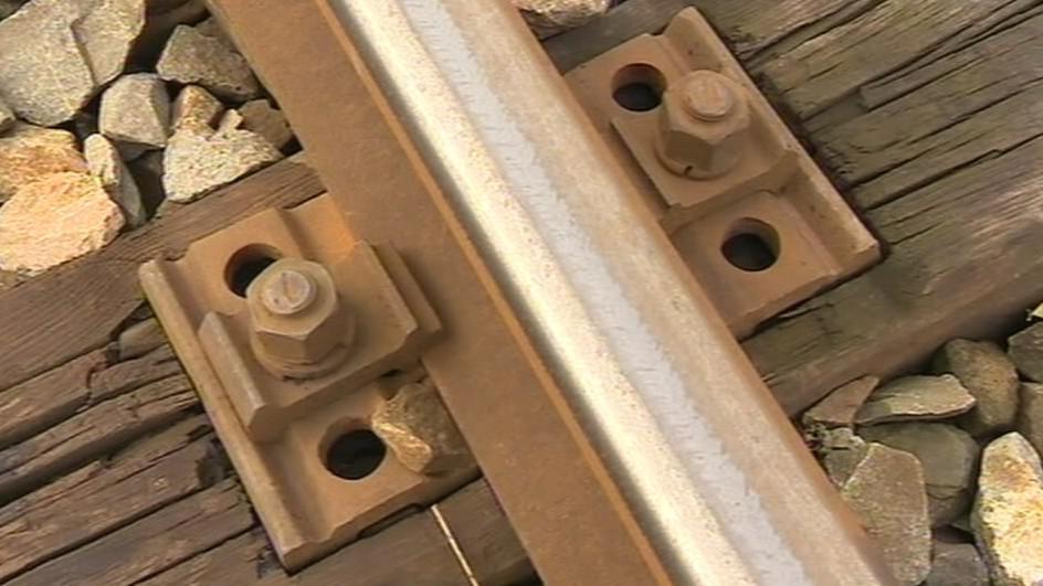 Zloděj sebral šrouby na železnici