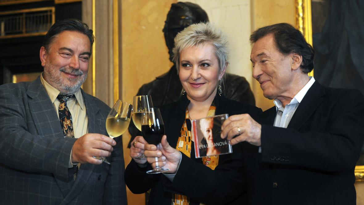 Luděk Vele, Eva Urbanová a Karel Gott (zleva)