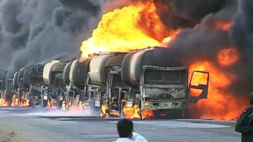 Hořící cisterny s benzínem
