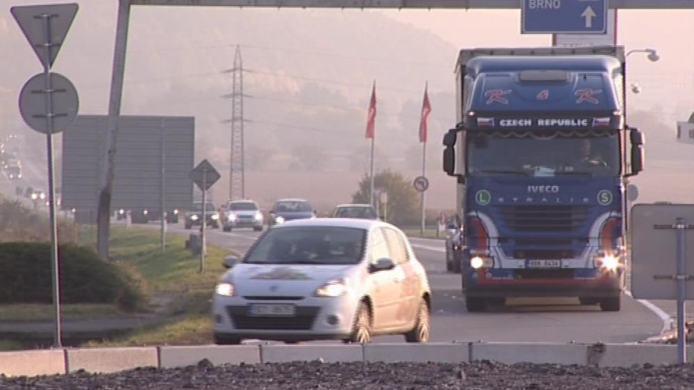 Kruhový objezd v Lipůvce způsobuje dopravní zácpy