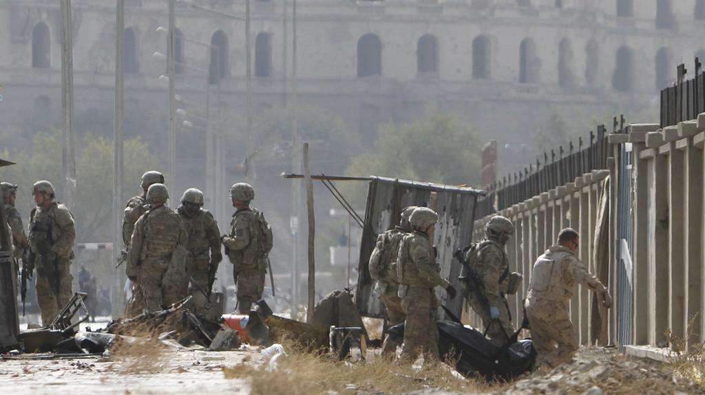Vojáci odnášejí oběti sebevražedného útoku