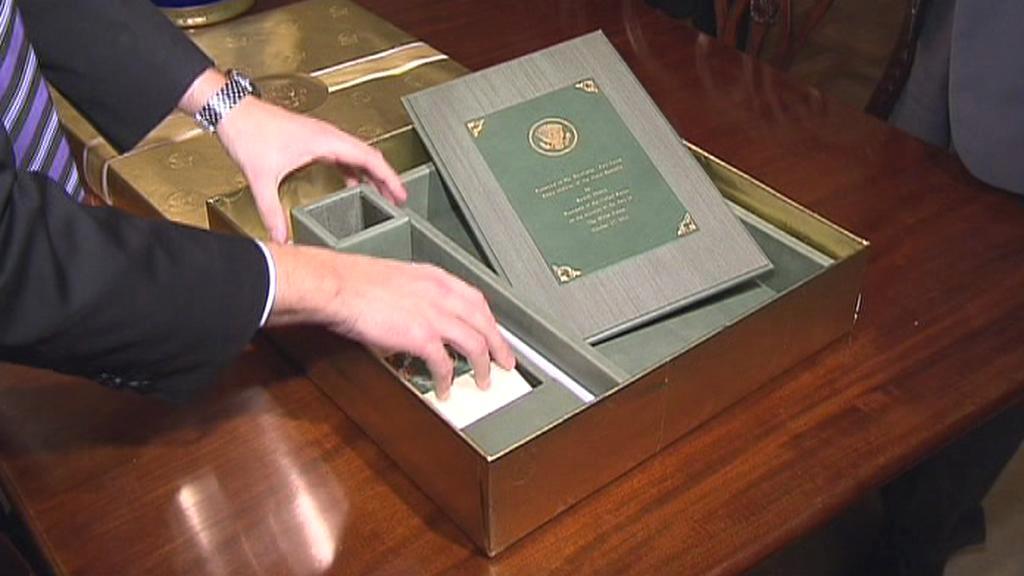 Petr Nečas dostal od Baracka Obamy psací soupravu