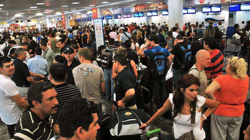 Lidé utíkají z Mexika před hurikánem Rina
