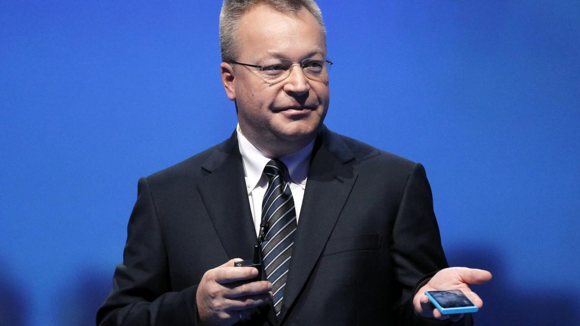 Šéf firmy Nokia Stephen Elop s Nokií Lumia 800