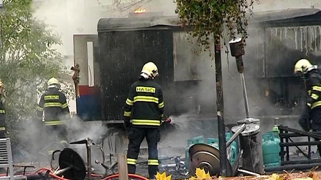 Hasiči zasahují u požáru stanu
