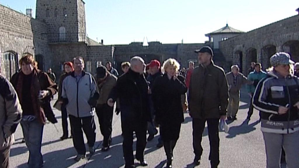 Účastníci pietního aktu v Mauthausenu