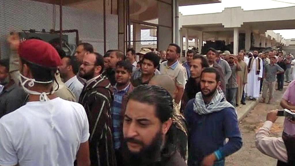 Libyjci stojí frontu na vystavené tělo Kaddáfího
