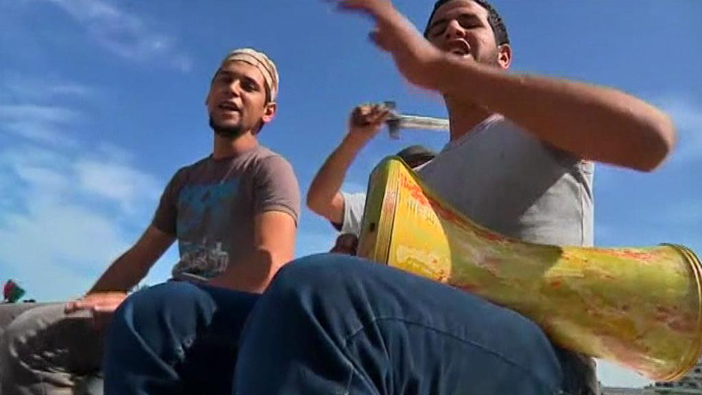 Libyjci oslavují  smrt Kaddáfího