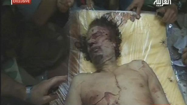 Libyjci vystavili Kaddáfího tělo v Misurátě