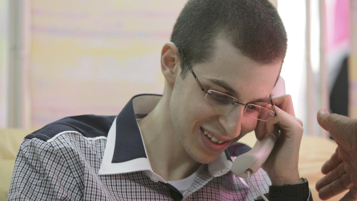 Gilad Šalit po propuštění telefonuje s rodiči