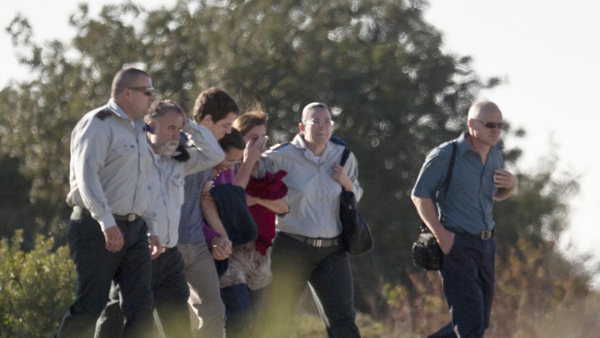 Rodiče Gilada Šalita odlétají na základnu v Tel Avivu, kde se mají setkat se synem