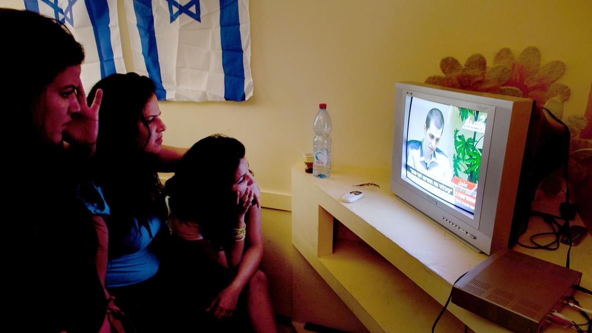 V Izraeli sledují propuštění Gilada šalita v televizi