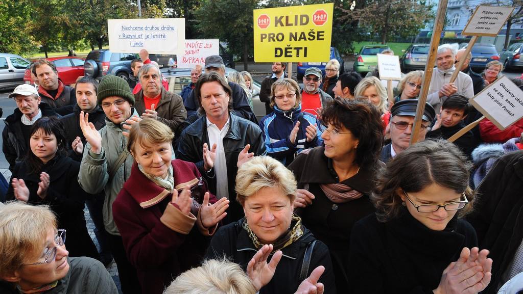 Protest občanů proti rozšíření letiště Vodochody