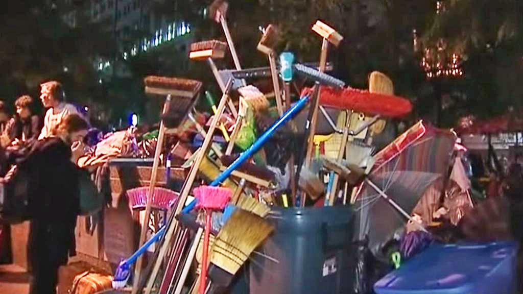 Demonstranti uklízejí park Zuccotti