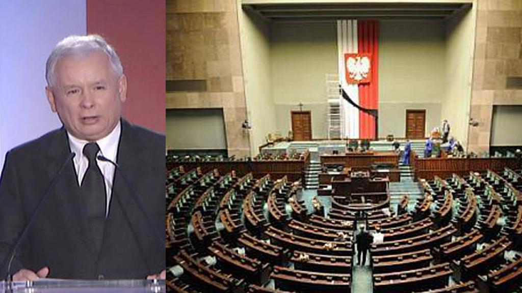 Jaroslaw Kaczyński hájí kříž v polském Sejmu