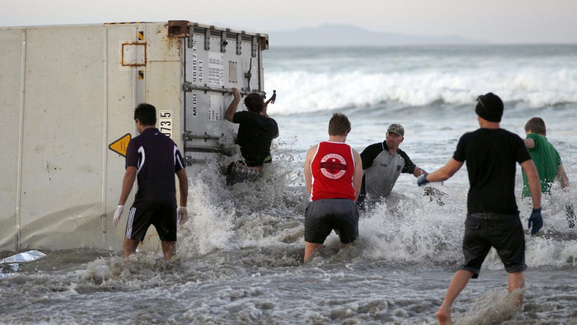 Náklad z lodi Rena se objevil na pláži