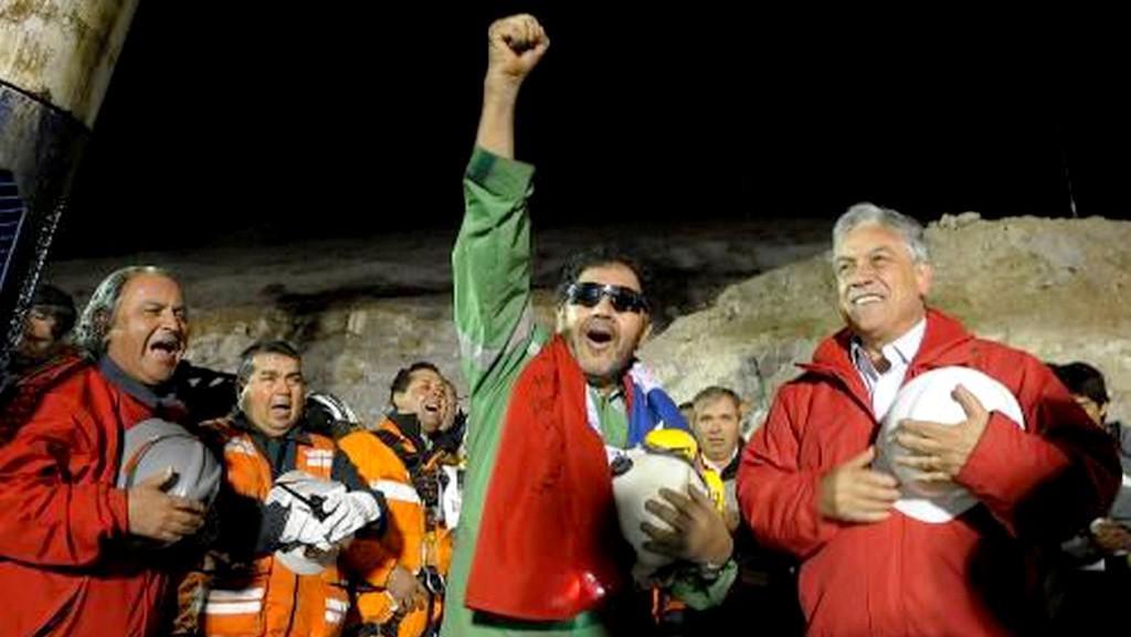 Poslední vyjel hornický předák Luis Urzúa