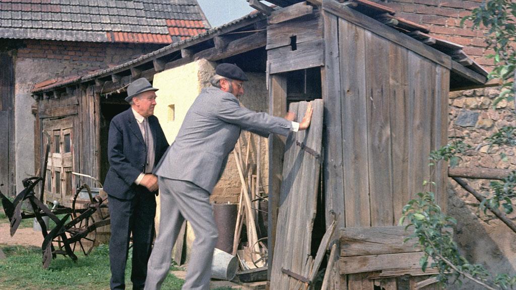 Evžen Huml si prohlíží svůj nový záchod