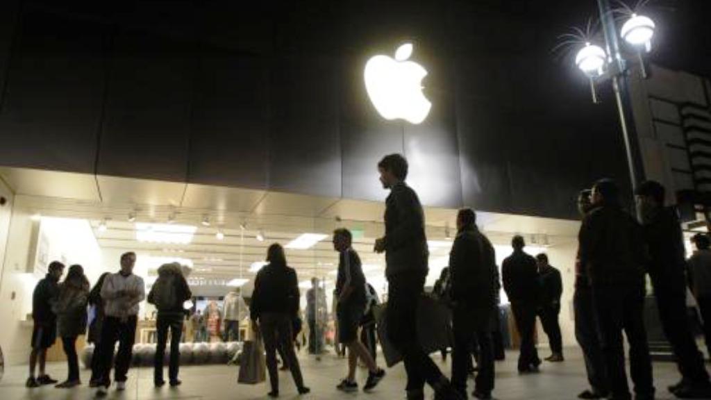 Příznivci Jobse před firmou Apple
