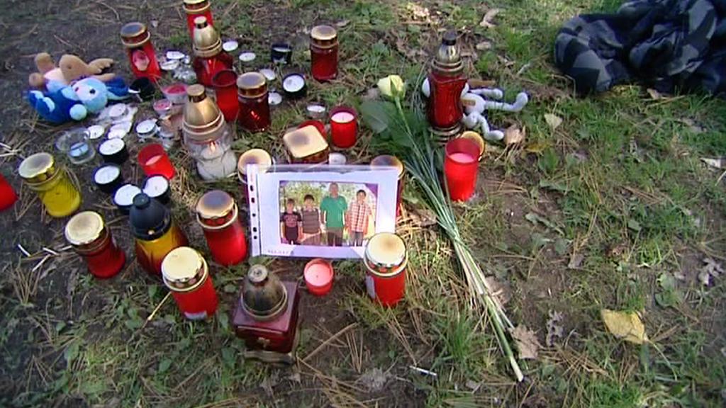 Smuteční svíčky na místě neštěstí