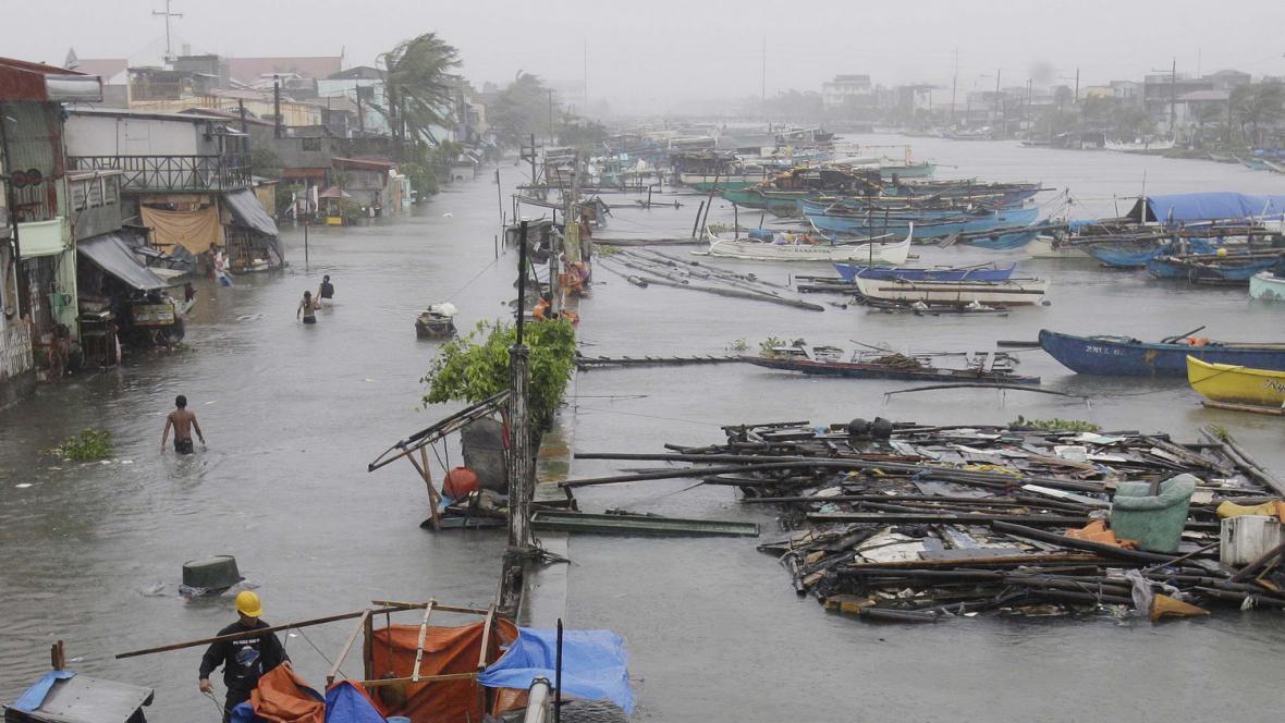 Tajfun Nesat zpustošil Filipíny