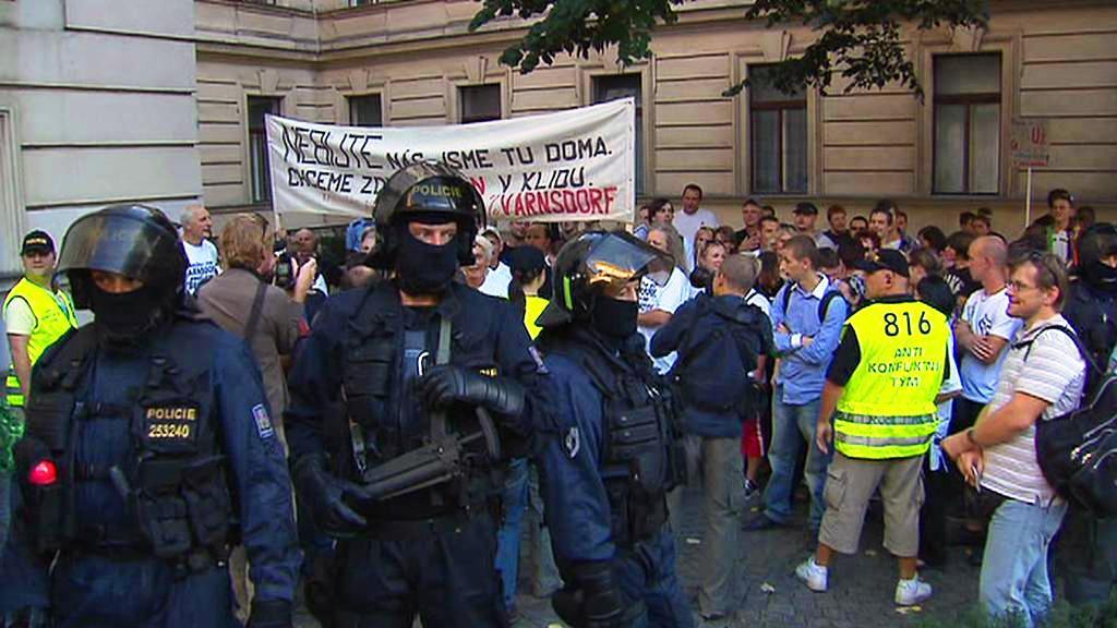 Demonstranti před Úřadem vlády