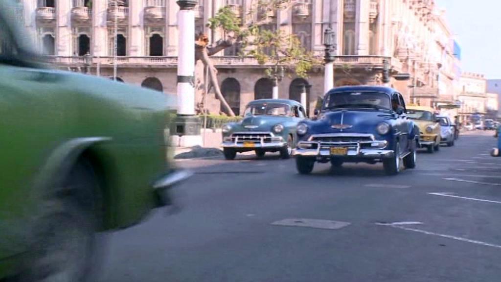 Staré americké bouráky v ulicích Kuby