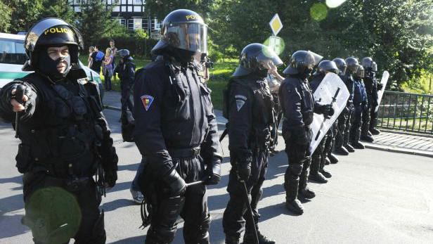 Těžkooděnci dohlížejí na demonstraci ve Varnsdorfu