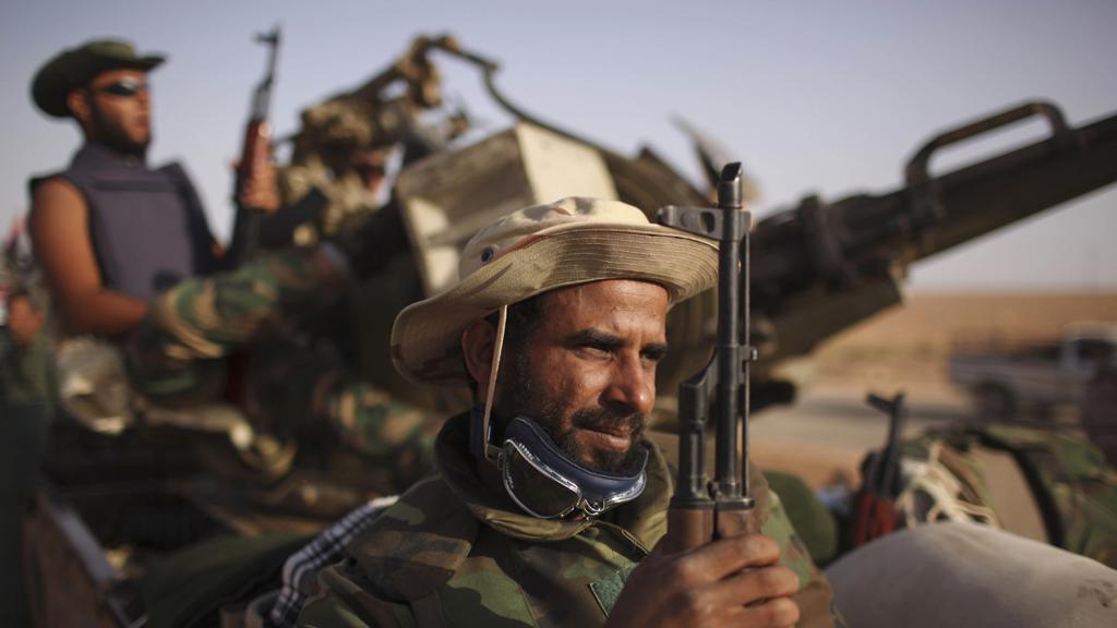 Libyjští povstalci u města Baní Valíd