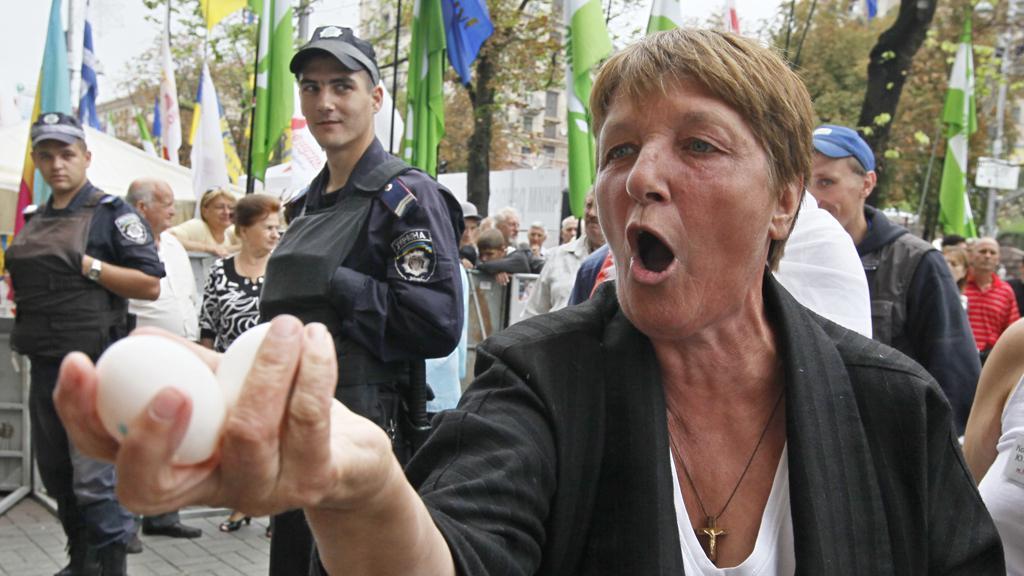 Příznivci Julije Tymošenkové házeli vajíčka na Viktora Juščenka