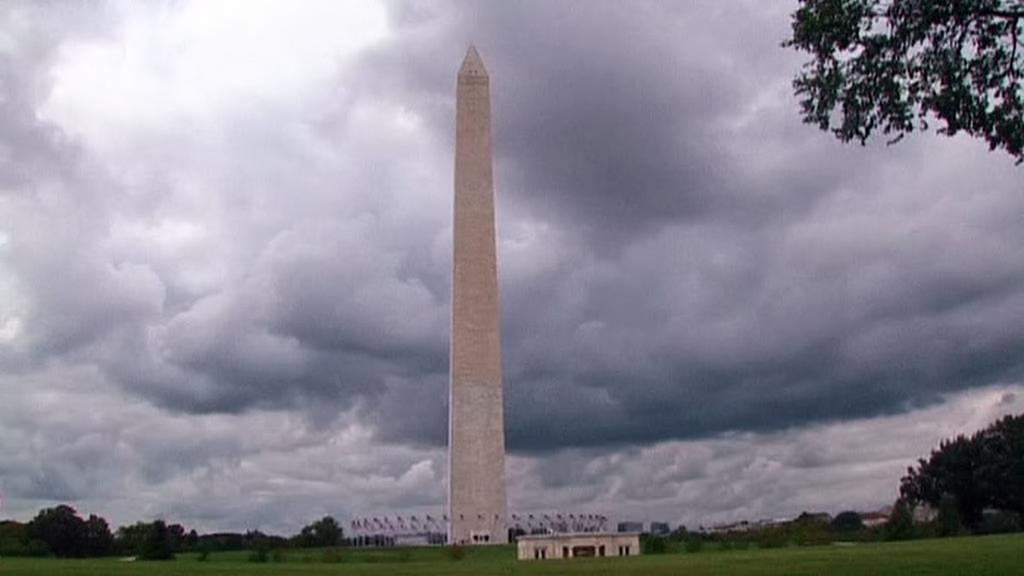 Nad Washingtonovým památníkem se stahují mračna
